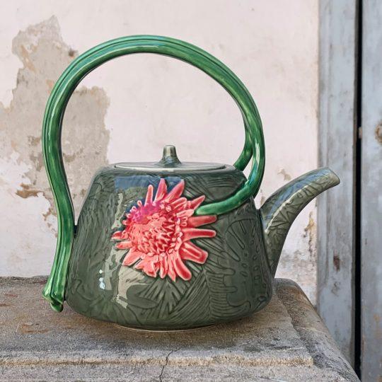 Teiera con fiori realizzata in ceramica